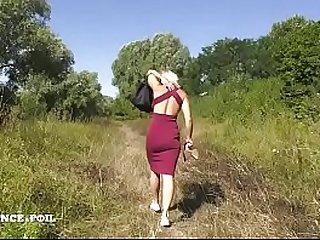 Milf blonde frenchy aux gros seins se fait grave peter le cul en pleine nature