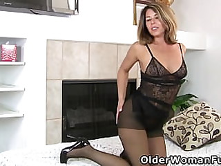 Sultry milf Niki from the USA will whet your appetite for her pantyhosed pussy (now available in Full HD 1080P). Bonus video: US mature Helena.