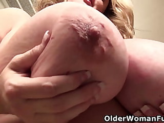 Mature BBW Kimmie KaBoom from the US will show you her enormous tits while she rubs her shaven pussy (now available in Full HD 1080P). Bonus video: Canadian mature Roxee Robinson.